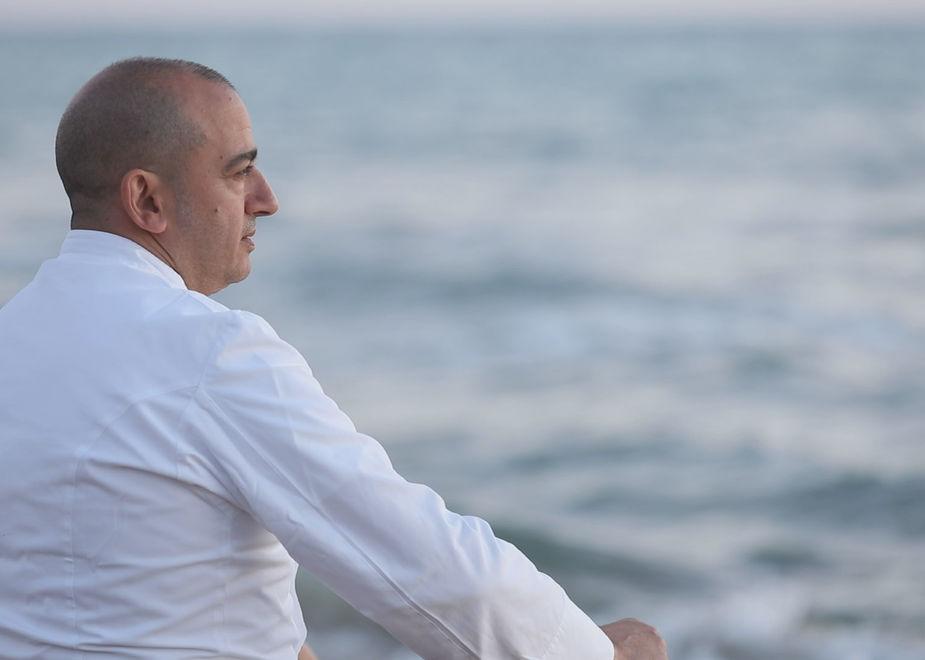 Nasce uovodiseppiamare: Pino Cuttaia cucina in riva al mare, grande abbraccio alla terra
